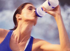 beber-agua-cuidados-no-verao-center-cintas