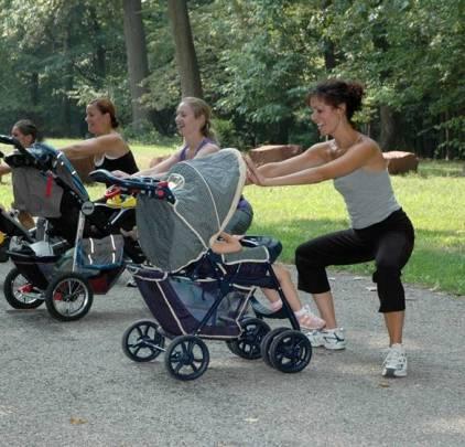 Ginástica ao ar livre com o bebê.