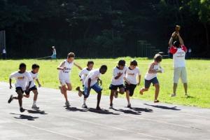 crianças praticando atividade fisica