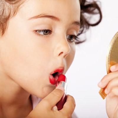 Mulher-gosta-de-maquiagem-desde-pequena.